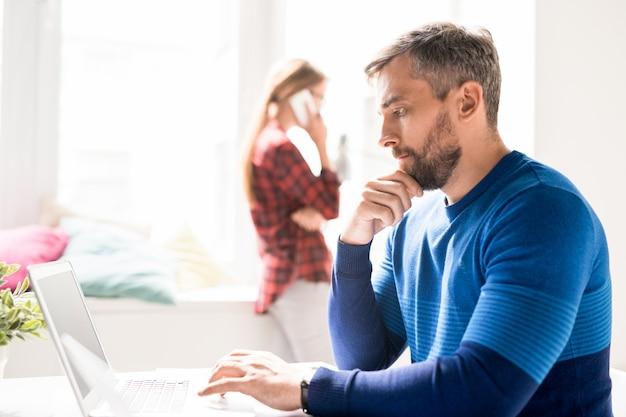 Сосредоточенный менеджер, анализирующий информацию онлайн