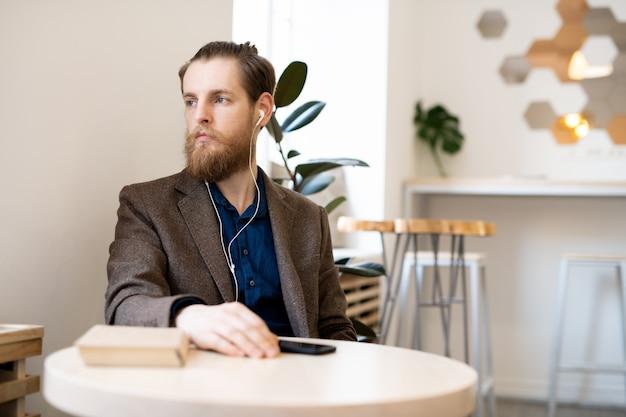 Грустный задумчивый человек в кафе