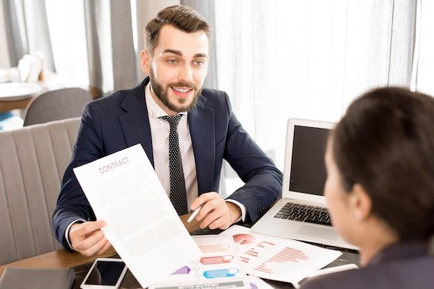 同僚に契約を示す自信の実業家