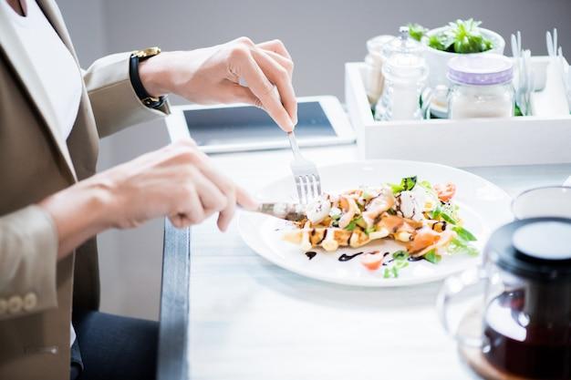Женщина ест салат крупным планом