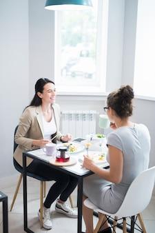 Две женщины наслаждаются временем в кафе