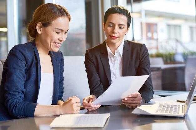 Финансовые менеджеры на рабочем совещании