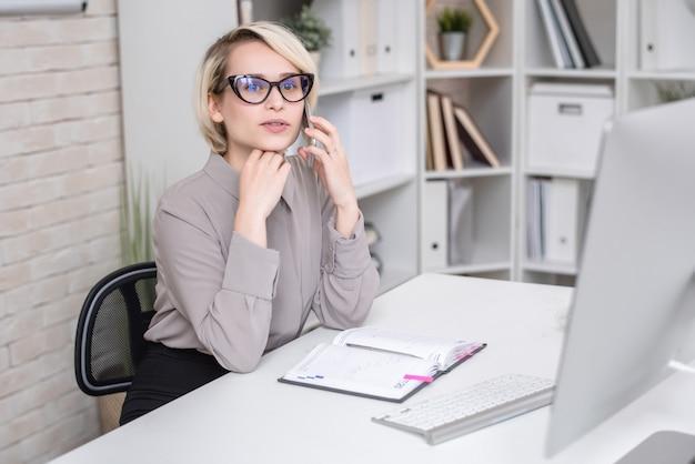 Успешная деловая женщина разговаривает по телефону