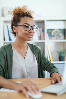 仕事で若いアフリカ系アメリカ人実業家