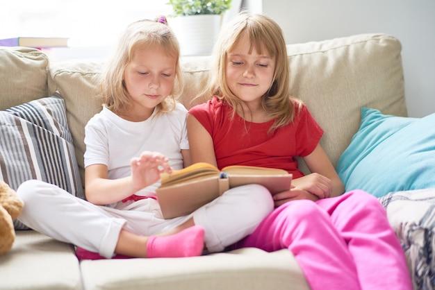 Маленькие девочки, стремящиеся после знаний