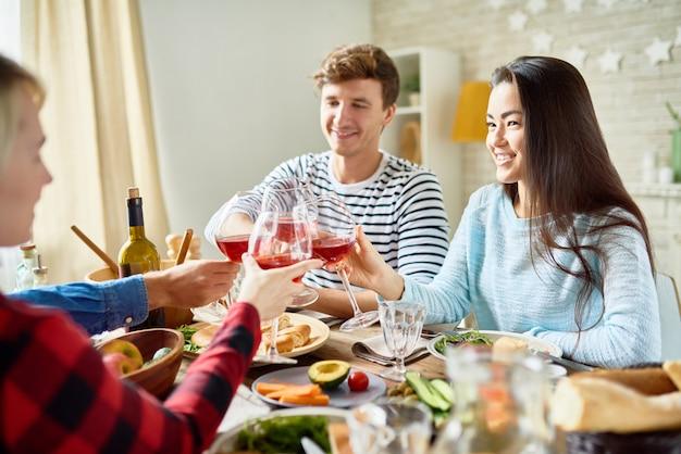 感謝祭のディナーで乾杯する友達