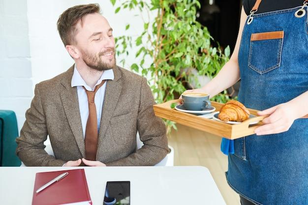 Бизнесмен на перерыв на обед в кафе