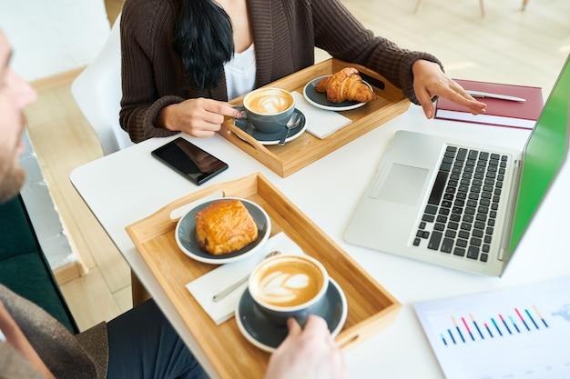 Деловые люди, наслаждаясь кофе во время встречи