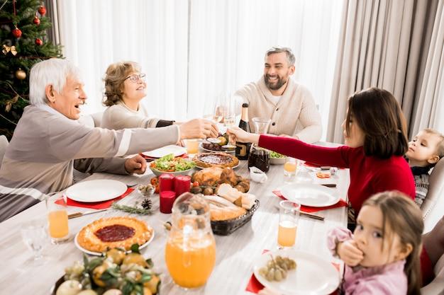 Семья наслаждается рождественским праздником