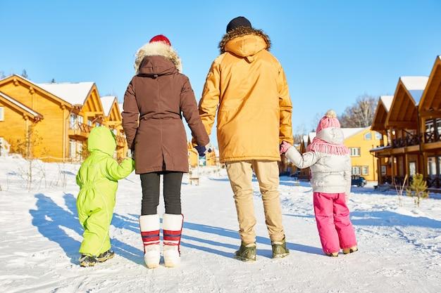 冬の休暇を楽しんでいる家族