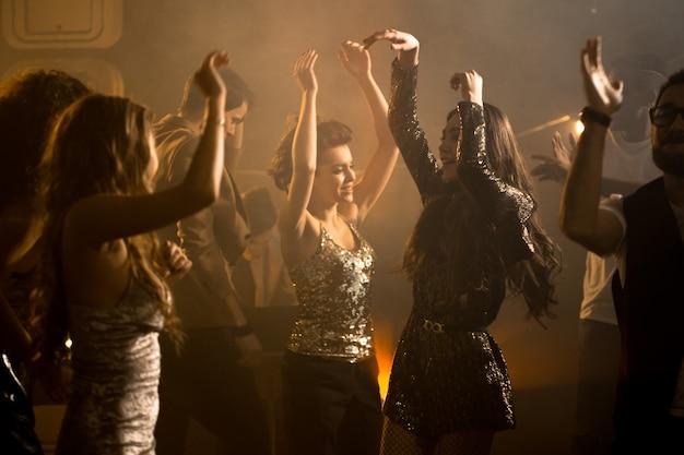 Группа красивых девушек на танцполе