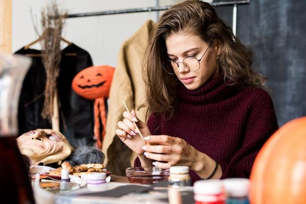 Уверенный креативный дизайнер разрисовывает еду на хэллоуин