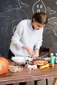 Женщина, составление жидкой краски в шприц