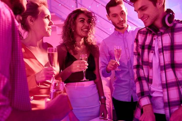 Веселые молодые люди празднуют новый год