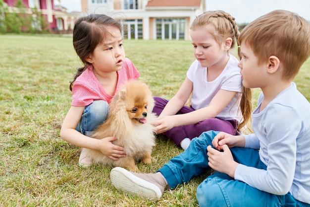 子犬と遊ぶ子供たち