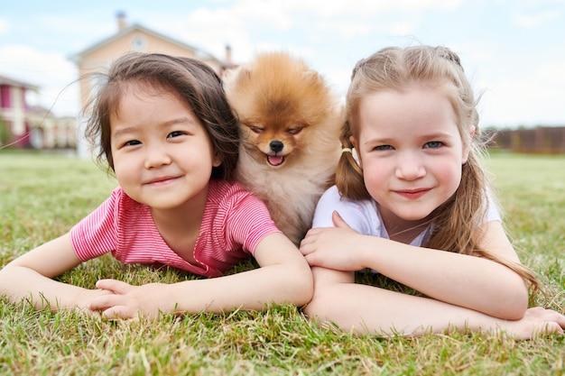 子犬とポーズの小さな女の子