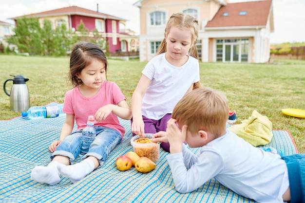 Дети наслаждаются пикником на открытом воздухе