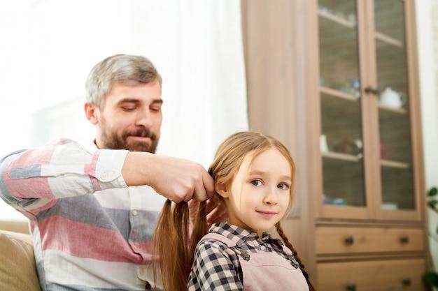 小さな娘の髪を編む