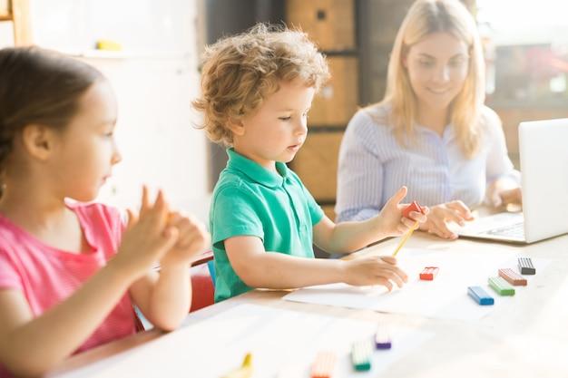 Дети играют в тесто