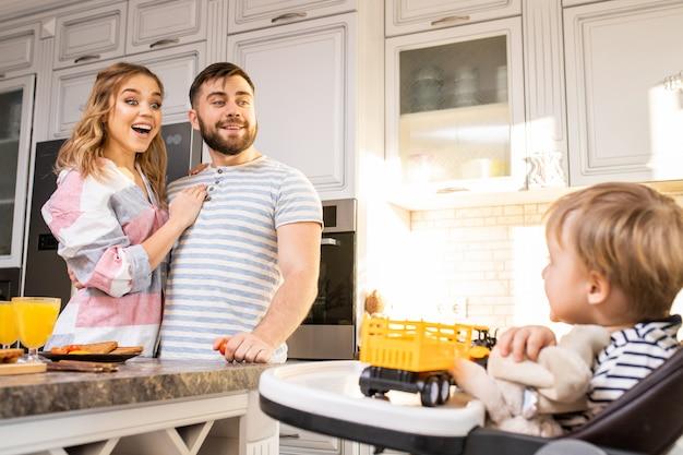 Счастливые родители, глядя на ребенка