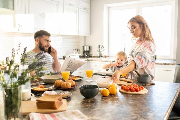 Счастливая семья наслаждается завтраком по утрам