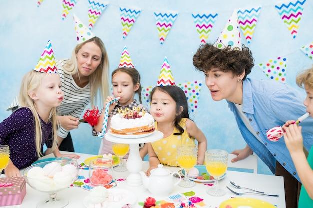 子供の誕生日パーティーを祝う