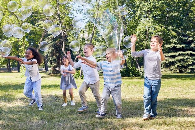 緑の公共公園での子供たちのパーティー