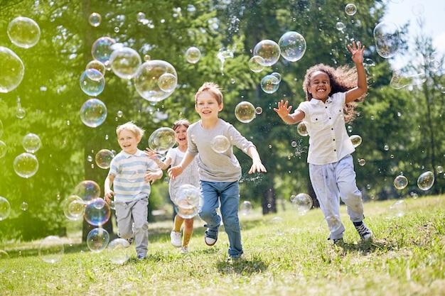 屋外で楽しい小さな子供たち