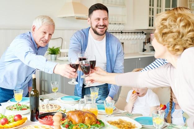 Большая семья тостов на званом обеде