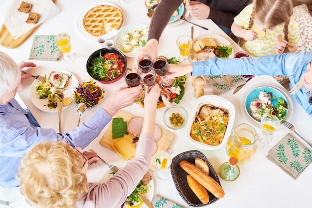 Выше вид семьи тостов на ужин