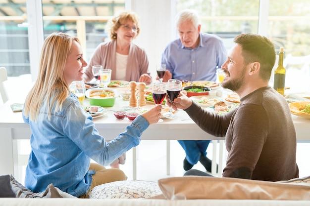 Счастливая пара тостов на семейный ужин
