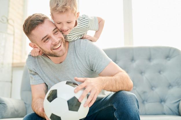 Семья любителей футбола