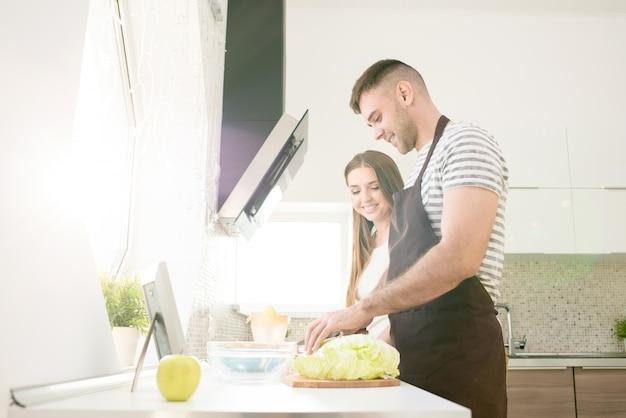 幸せなカップルが一緒に料理
