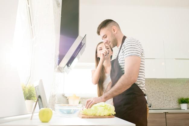 のんきなカップルが一緒に料理