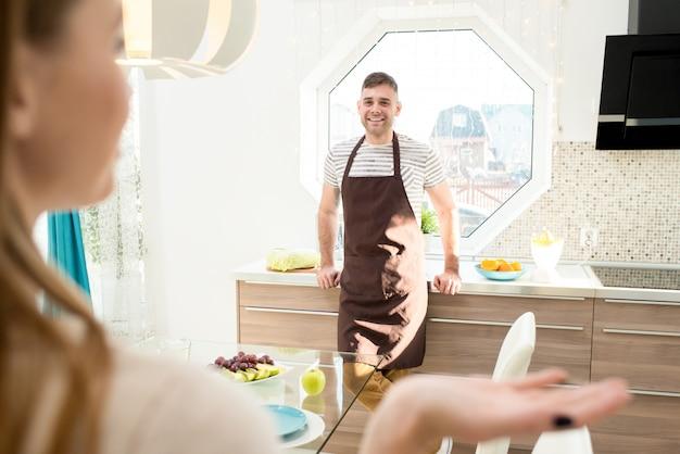 キッチンで若いカップル