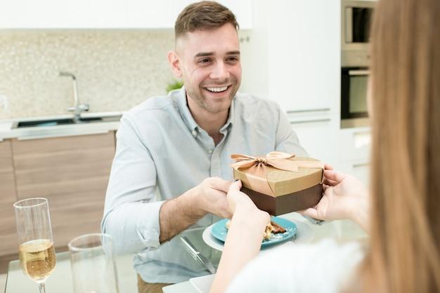 バレンタインの日に贈り物を交換するカップル