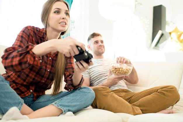 Пара играет в видеоигры