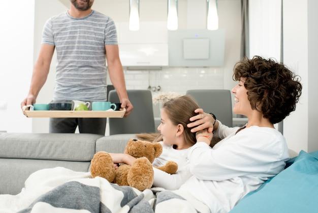 自宅で幸せな若い家族