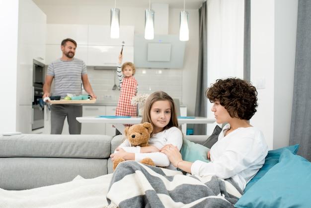 自宅で若い家族