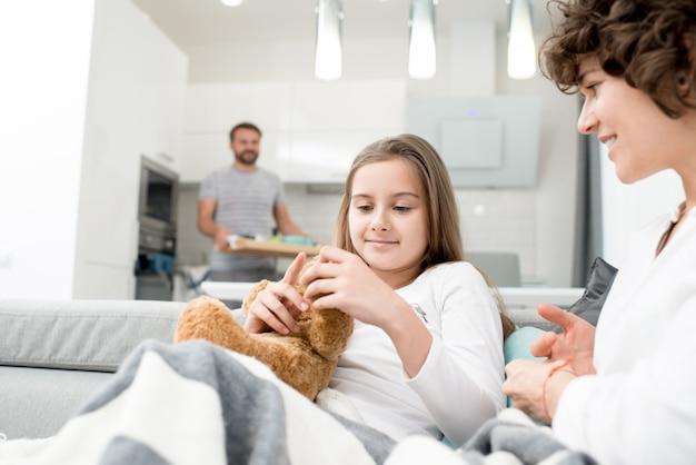 家で時間を楽しむ家族