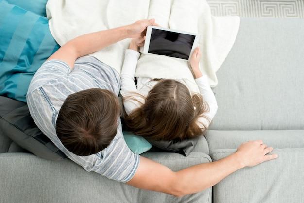 映画を見ている父と娘