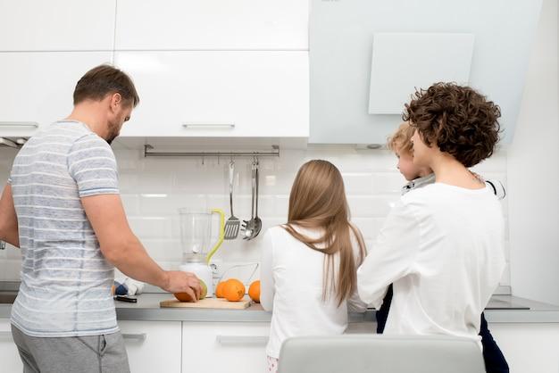 一緒に料理する家族