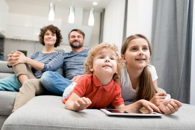 リビングルームで幸せな家族