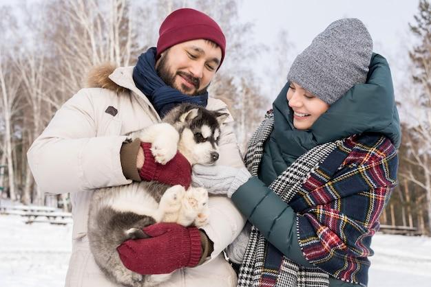 子犬と遊ぶ若いカップル