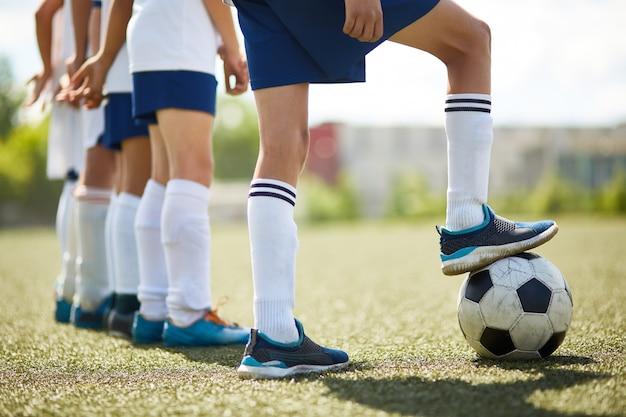 ジュニアサッカーチームの戦いの準備ができて