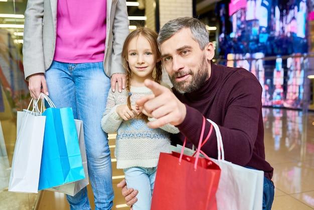 お父さんと一緒に買い物に小さな女の子
