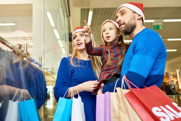 クリスマス前にショッピングセンターで興奮している家族