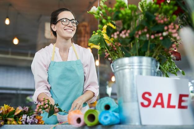店で働くうれしそうな花屋