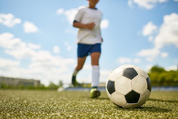 Мальчик занимается спортом