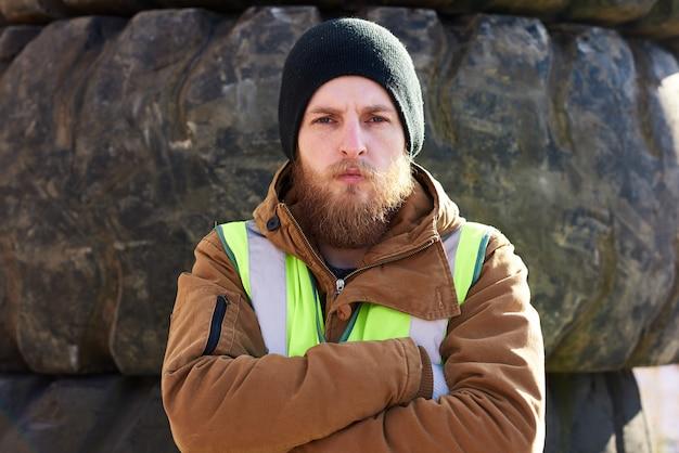 Крутой бородатый рабочий